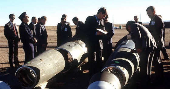 The then Soviet inspectors and their American counterparts scrutinize Pershing II missiles in 1989. Credit: Wikimedia Commons
